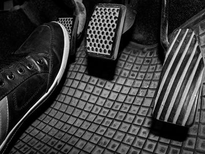 ноги на педалях автомобиля фото