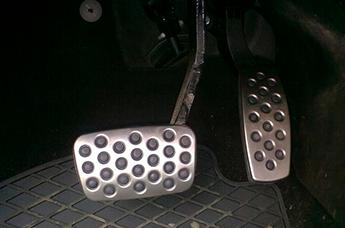 Расположение педалей в автомобиле и как правильно ставить ноги